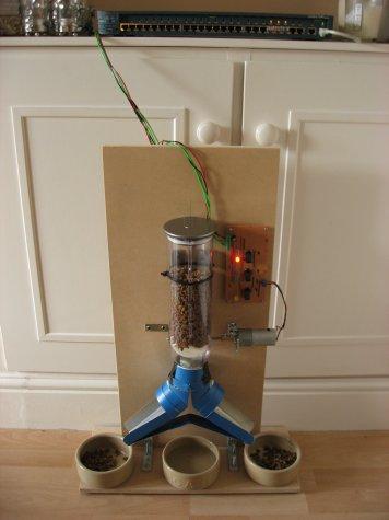 Автоматическая кормушка для птиц своими руками из пластиковой бутылки